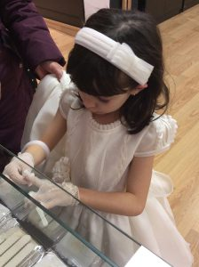 Eleccion accesorios a juego con el vestido comunion