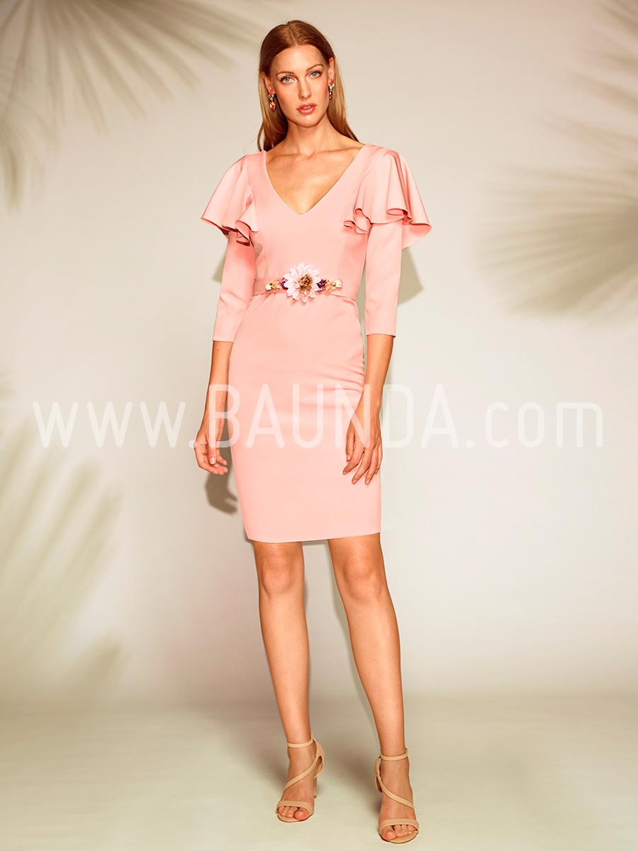 Este tipo de vestido corto hermoso color negro, está hecho a base de tela tipo organza en todo el vestido, tiene diseño ajustado en la falda, tiene mangas tipo tres cuartos, contiene escote tipo barco.