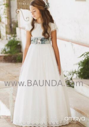 Vestido comunión romántico con fajín azul de Amaya 2020 modelo 021 y plumeti.