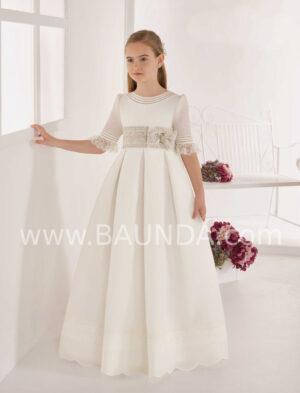 Vestido comunión estilo clásico de colección 2020 de Elisabeth con tablas elaborado en tejido rústico que aporta volumen.
