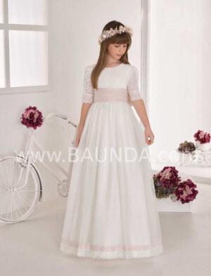 Vestido comunión puro estilo romántico de la colección Elisabeth 2020 con fajín rosa y tul de alta calidad.