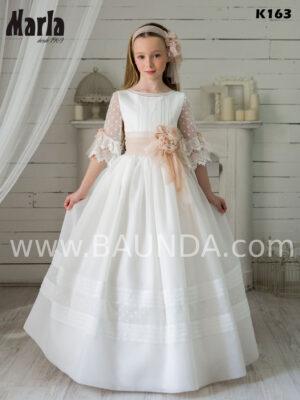 espléndido vestido de comuninión K163 de la colección de Marla 2020 elaborado en plumeti con cuello barco y jaretas