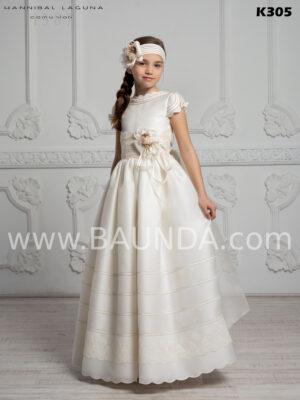 Clásico y elegante vestido de comunión España 2020 de Hannibal Laguna realizado en seda natural rústica con manga corta