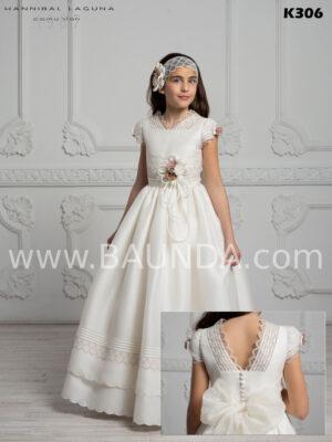 Maravilloso y moderno vestido de comunión España 2020 de Hannibal Laguna realizado en seda natural rústica de alta calidad con manga corta
