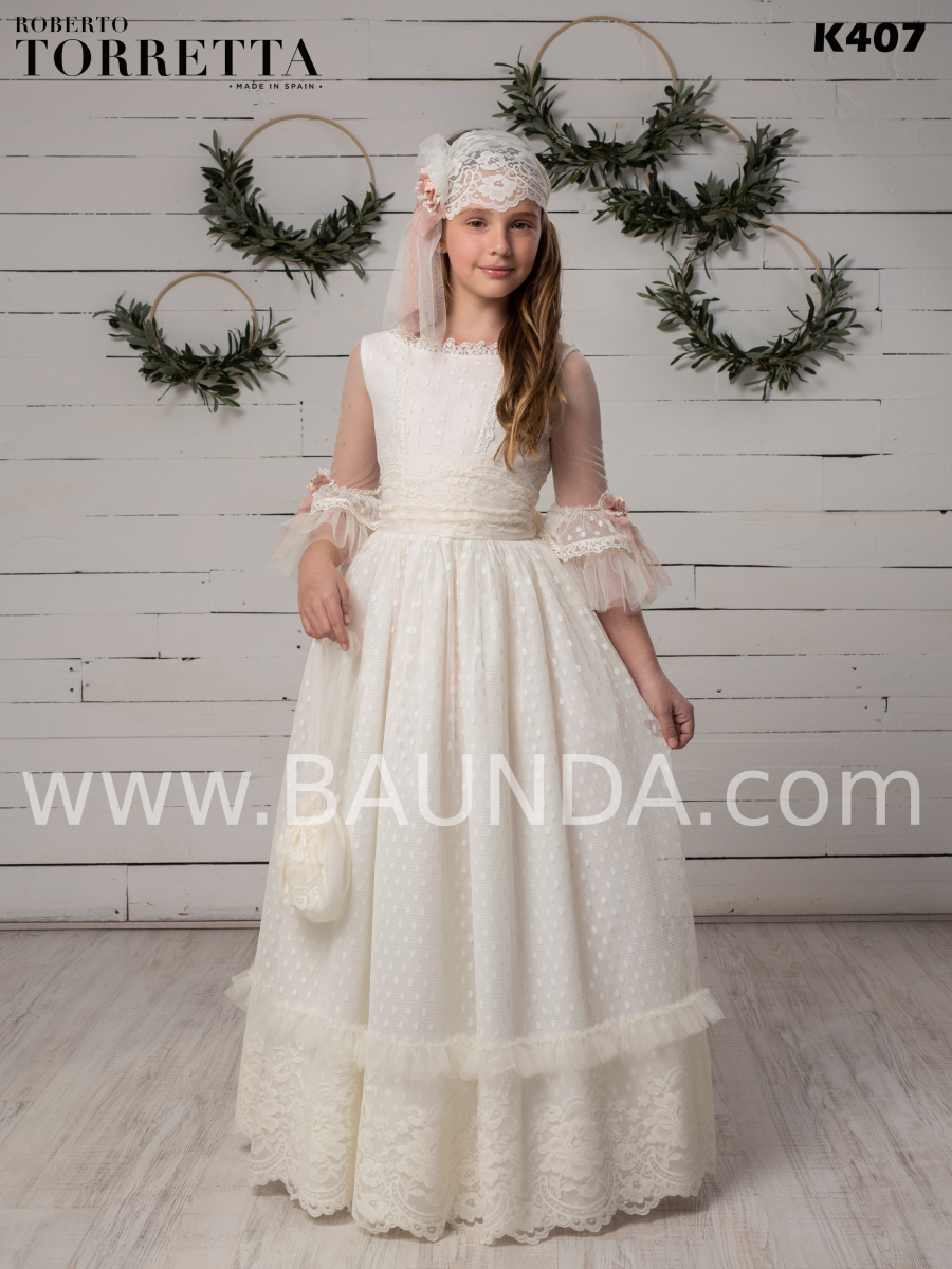 Vestido de comunión estilo romántico de encaje y seda plumeti Roberto Torretta 2020 modelo K407 con manga francesa