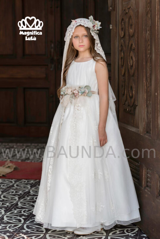 Precioso vestido de comunión 2020 de Magnífica Lulú con drapeado y flores estilo vintage.