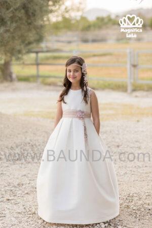 Sencilleza y dulzura en el vestido de comunión con volumende Magnífica Lulú trabajado sobre tejido rústico .