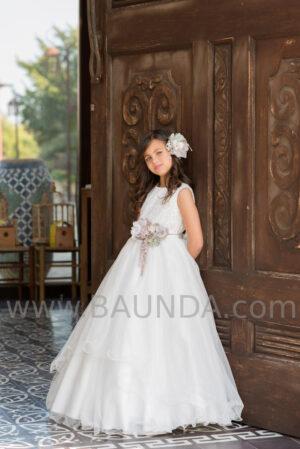 Brillos en el encaje y tull en el vestido de comunión de la firma española Magnífica Lulú colección 2020