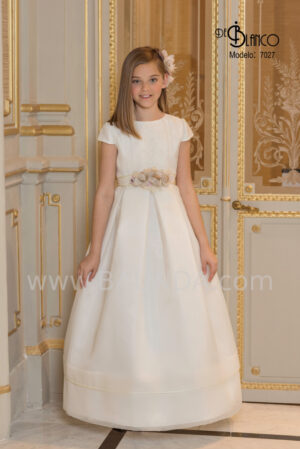 Vestido de comunión corte clásico elaborado en bordado y seda cristal de la colección 2020.