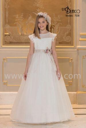 Luminoso vestido de comunión en tono marfil de encaje y seda cristal colección 2020.