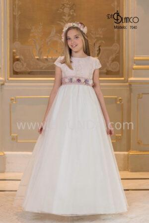 Bonito y sencillo vestido de comunión con encaje y seda cristal de la colección 2020.
