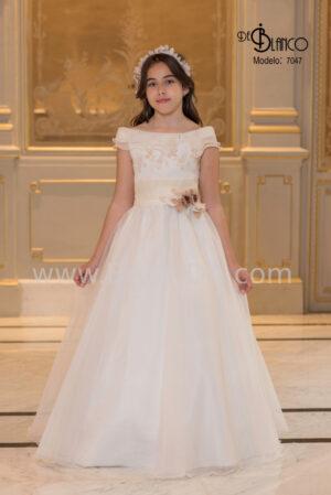Absolutamente original este vestido de comunión de corte clásico con escote barco de la colección 2020.