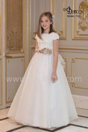Sencillo vestido de comunión de cuerpo liso en marfil con encaje fino en tono beige de la colección 2020.