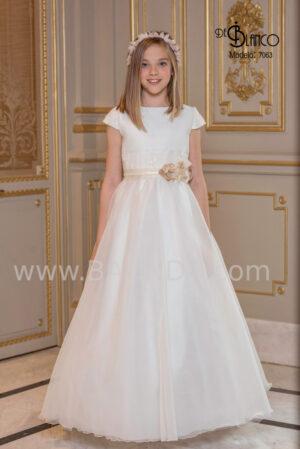Vestido de comunión en seda cristal y encaje en tono dorado de la colección 2020.