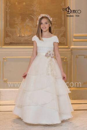 Precioso vestido de comunión de firma española elaborado en seda cristal y encaje colección 2020.